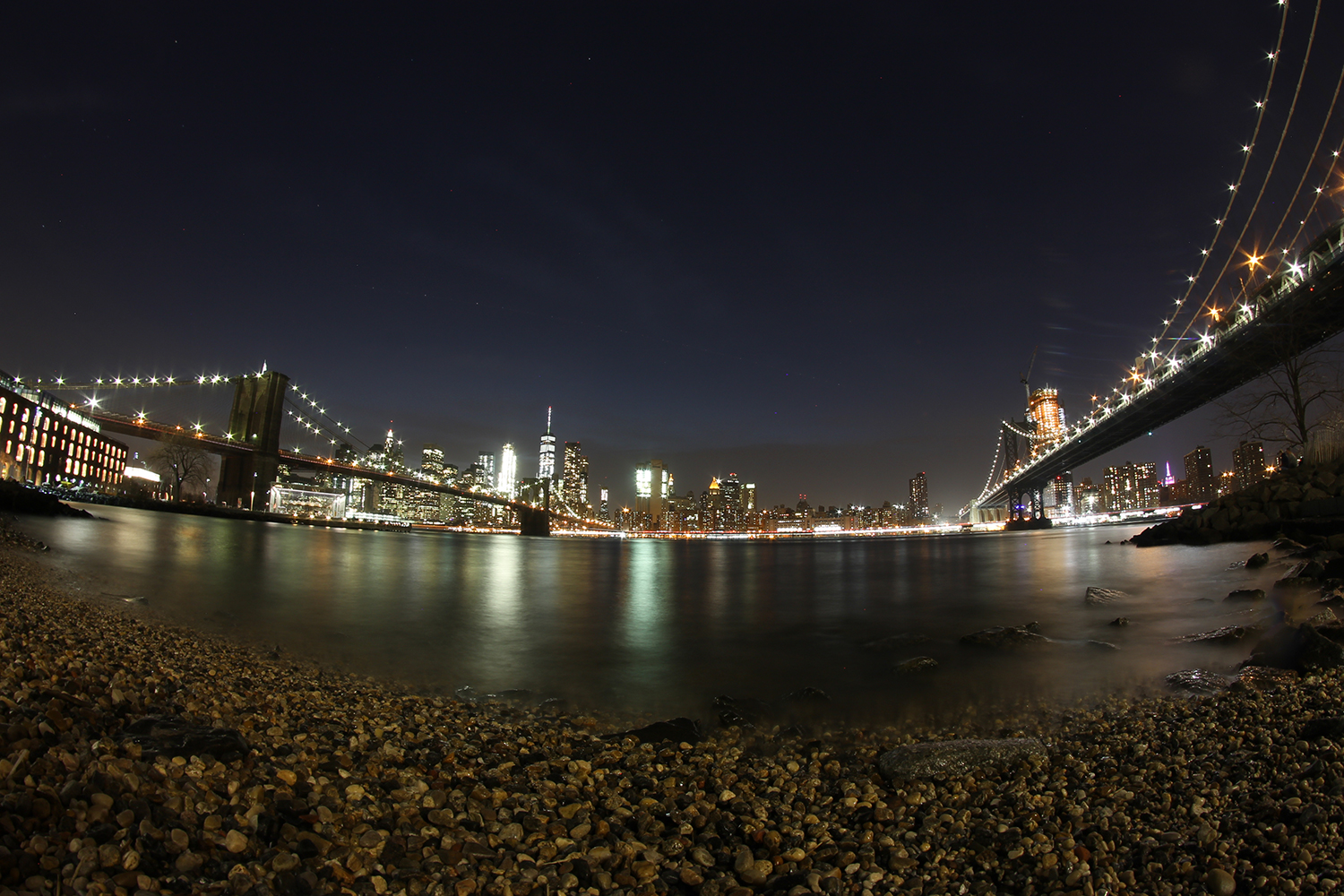 Die Brooklyn Bridge bei Nacht // © Choriosity